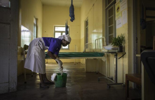 """Stella De Esperanca työskentelee siivoojana Cumbanan terveyskeskuksen lapsivuodeosastolla. Hän on synnyttänyt kaikki neljä lastaan samassa sairaalassa ja käyttänyt heitä siellä terveystarkastuksissa. """"Onneksi synnytykset sujuivat ongelmitta ja lapseni ovat terveitä"""", hän kertoo."""
