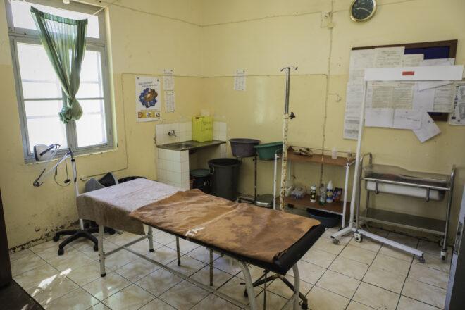 Koulutettu terveydenhuoltohenkilökunta on avainasemassa äitiyskuolemien estämisessä. Tuemme paikallisia klinikoita, jotta äidit ja lapset saavat tarvitsemaansa tukea. Raskausaika, synnytys ja ensimmäiset kuukaudet ovat ratkaisevan tärkeitä lapsen terveydelle ja kehitykselle. Kuva Cumbanan terveyskeskuksen synnytyssalista.