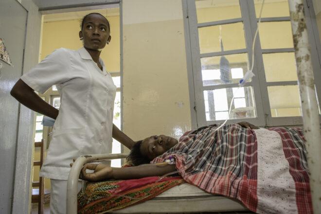 Glekss Morais on nestetiputuksessa lapsivuodeosastolla. Erikoissairaanhoitoa on vaikea saada maaseudun klinikoilla, ja esimerkiksi keisarileikkausta vaativat synnytykset ohjataan Inhambanen keskussairaalaan.