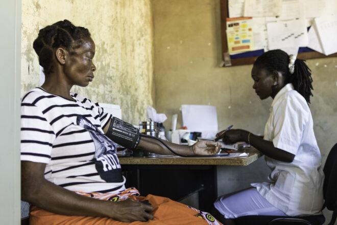 Sairaanhoitaja Francisca Matteus (oik.) mittaa seitsemännellä kuulla raskaana olevan Maria Chavierin verenpainetta Plan Internationalin tukemalla klinikalla. Lukemat ovat kunnossa.