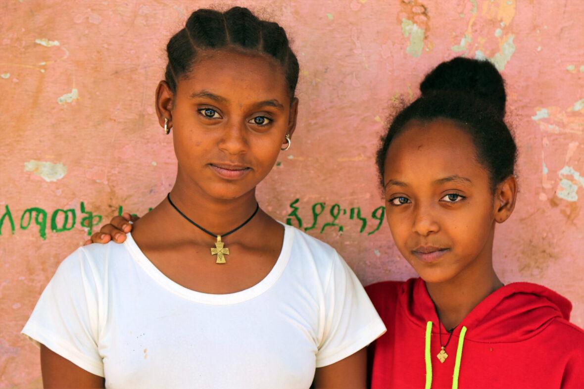 14-vuotias Worke ystävänsä kanssa pakolaisleirillä Etiopiassa.