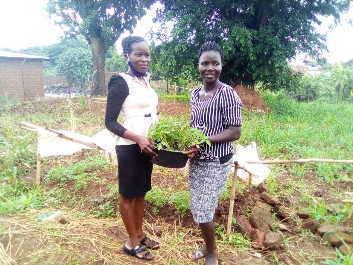 Kaksi nuorta istuttaa taimia Smartup-koulutuksessa.