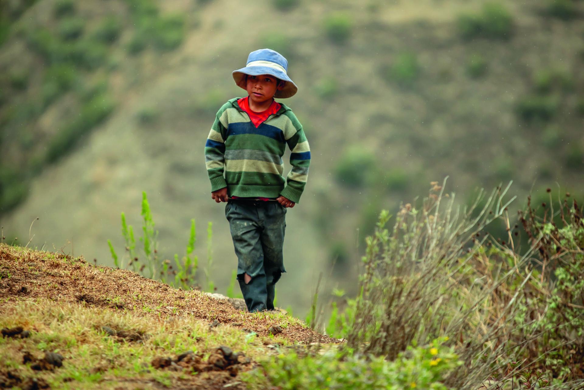 Poika Perun Andeilla koulumatkalla