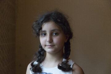 Beirutilainen tyttö katsoo kameraan