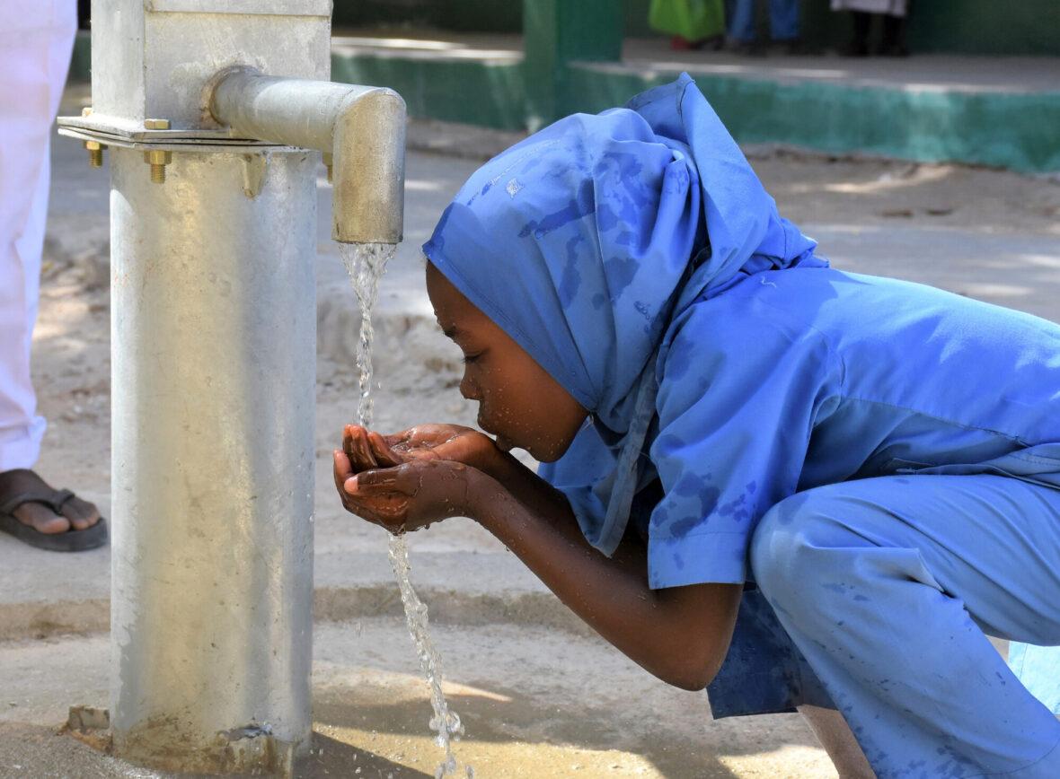 Lapsi juotu vettä kaivonpumpusta.
