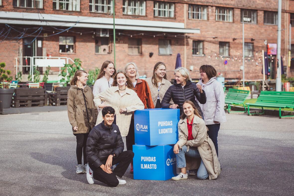"""Planin nuoria yhteiskuvassa. Kuvassa myös sinisiä laatikoita joissa lukee """"Puhdas luonto."""""""