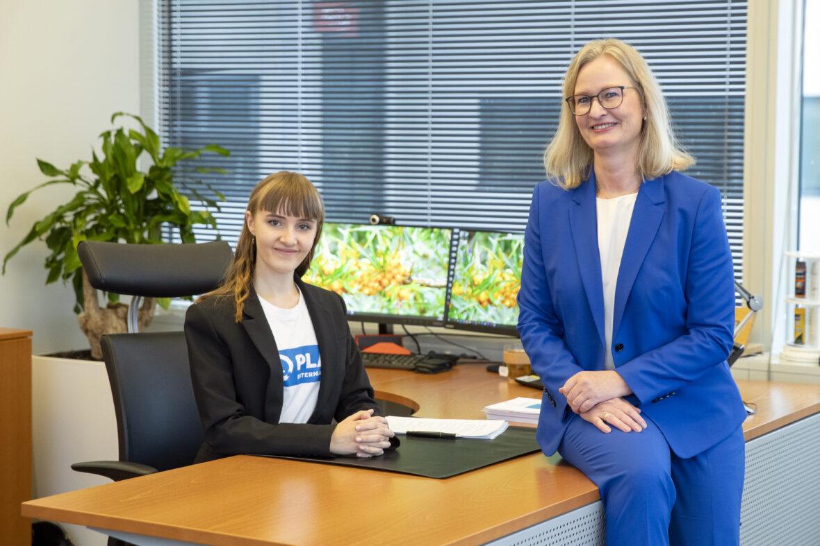 Bayer Nordicin toimitusjohtaja Miriam Holstein ja Aada Sevón toimistossa.