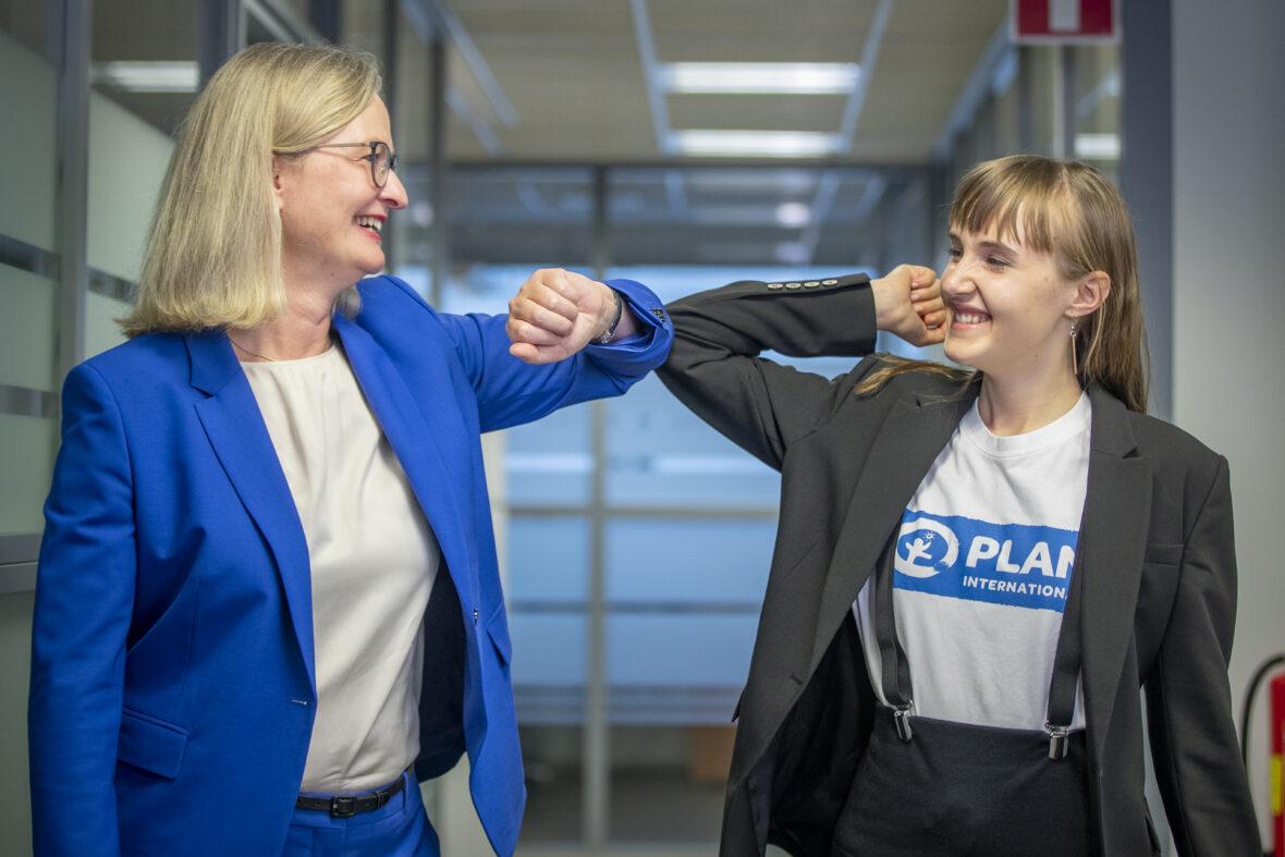 Bayerin toimitusjohtaja Miriam Holstein ja Aada Sevón tekevät kyynärpäätervehdyksen..