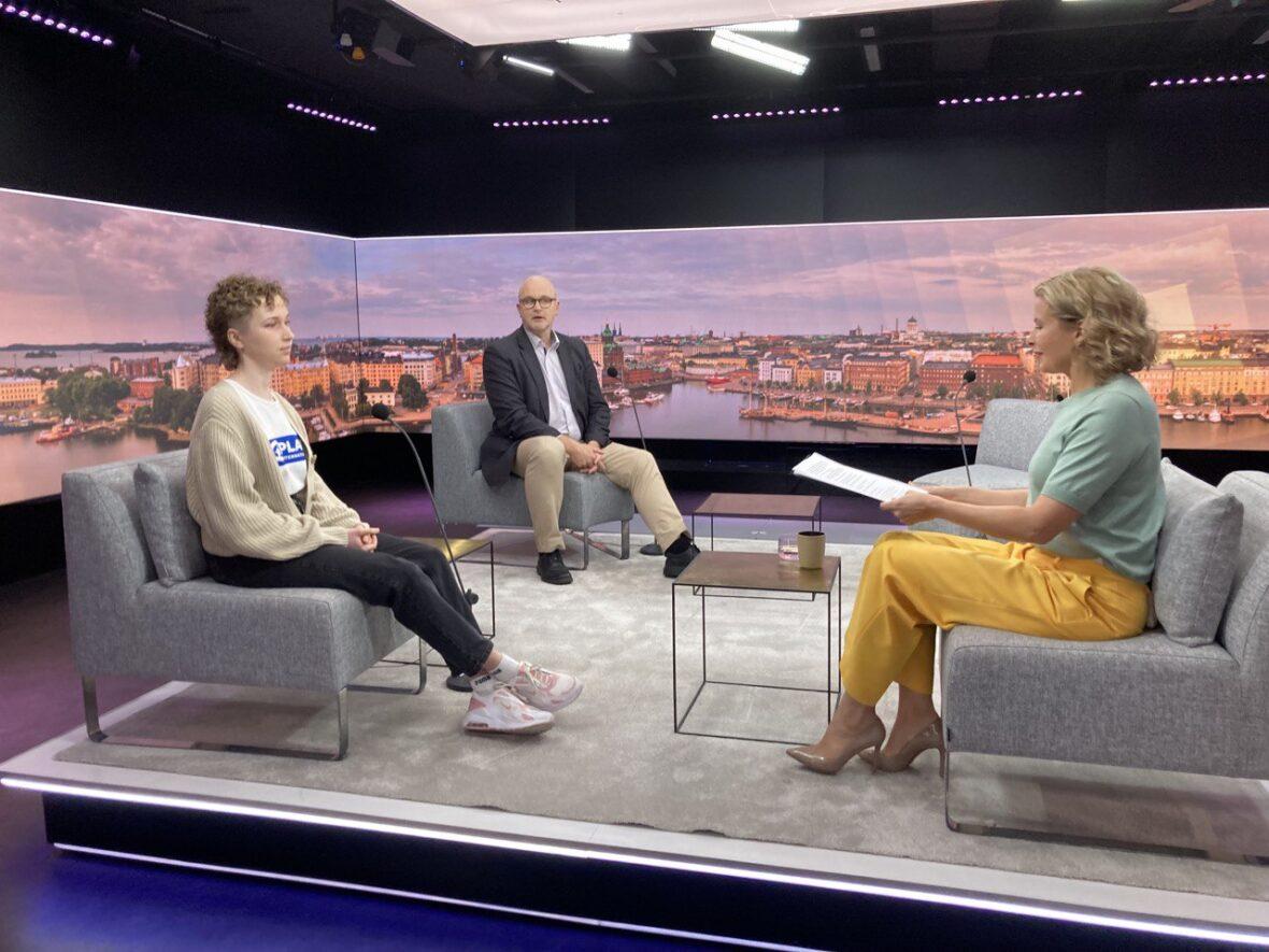 Meeri Havumäki ja Ylen uutis- ja ajankohtaistoiminnan vastaava päätoimittaja Jouko Jokinen Ylen Aamu-tv:ssä