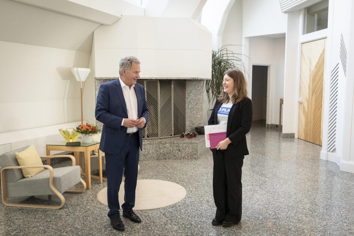 Tasavallan presidentti Sauli Niinistö ja Planin nuori Nella Salminen keskustelevat.