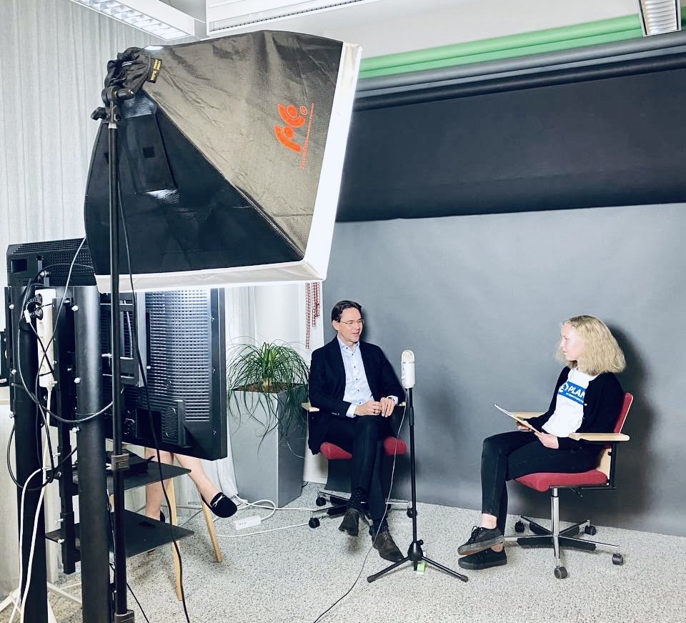 Planin nuori Martta Pyykönen ja Sitra yliasiamies Jyrki Katainen keskustelevat studiossa.