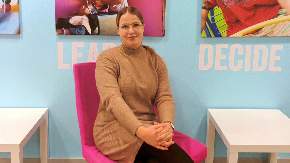 HR Trainee Jonna Korhonen istuu Planin toimistolla
