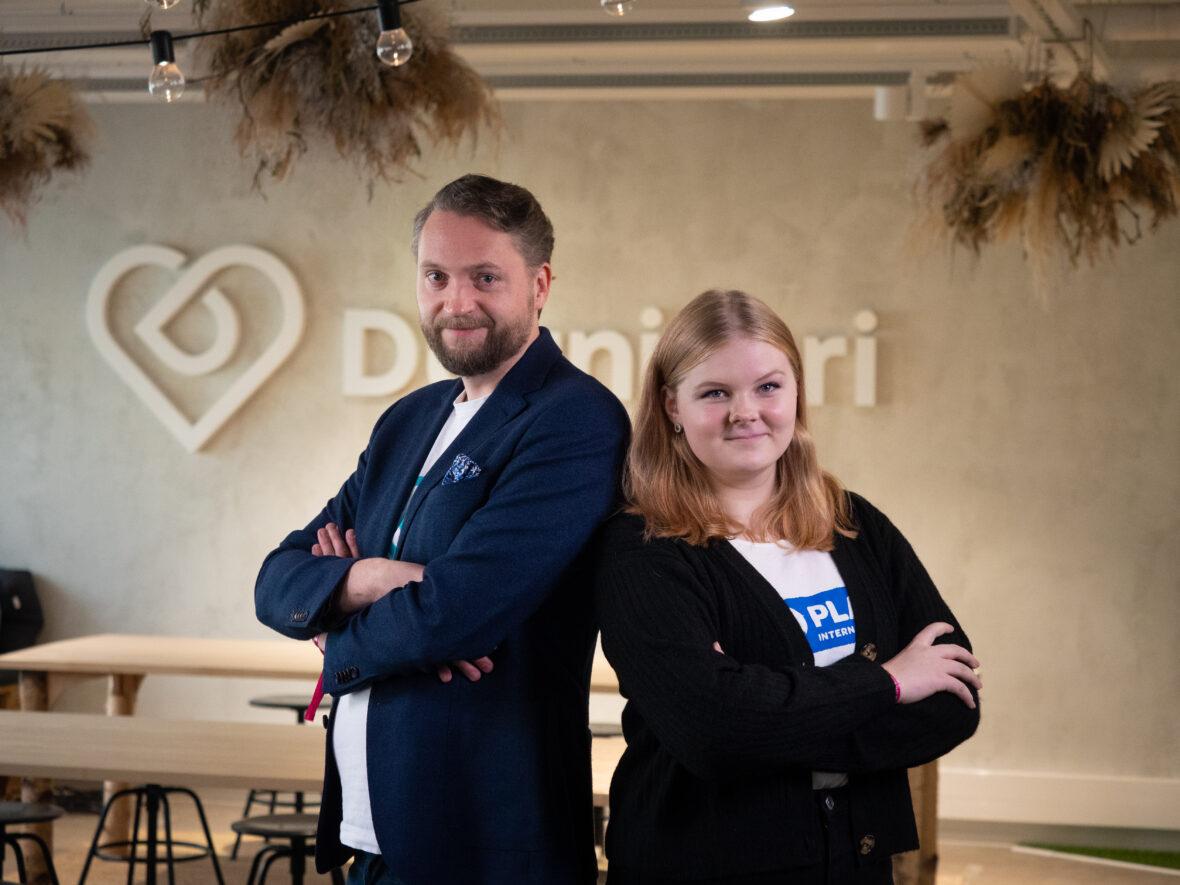Duunitorin toimitusjohtaja Thomas Grönholm ja Planin valtaaja Vilma Hoviniemi Duunitorin toimistolla.